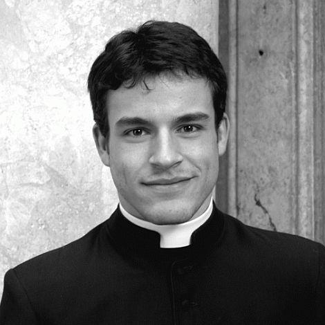 Verzeihender sexy Junge des Priesters