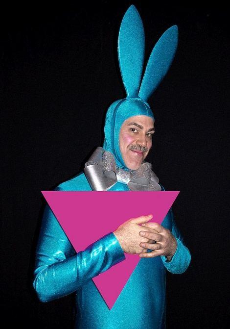 Homopropaganda mit dem Rosa Winkel! Der Berliner Performancekünstler Scotty the Blue Bunny wirbt mit einem Fotoprojekt für eine Wieder-Aneignung des Symbols, mit dem die Nationalsozialisten schwule Männer einst im KZ kennzeichneten