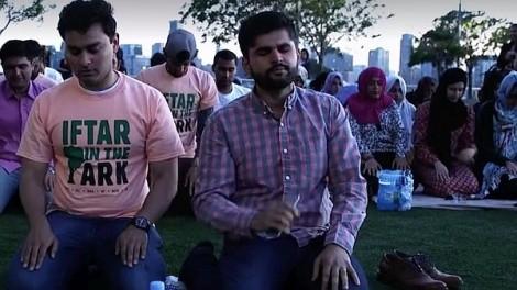 Muslime beten für Orlando-Opfer: In New York City haben über 200 Muslime beim Fastenbrechen der ermordeten Besucher des Gay-Clubs Pulse gedacht