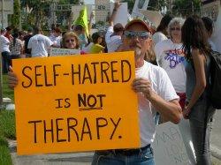 """Demo gegen Konversionstherapien: """"Selbsthass ist keine Therapie"""" - Quelle: DanTheWebmaster / flickr / cc by-sa 2.0"""
