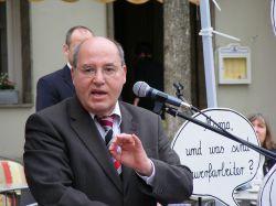 """Stimmte selbst zwar mit """"Ja"""", hat seine Truppe aber nicht im Griff: Linksfraktionschef Gregor Gysi - Quelle: hailippe / flickr / cc by 2.0"""