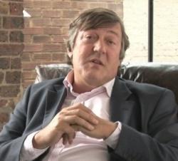 Schriftsteller, Drehbuchautor, Schauspieler, Regisseur, Journalist, Dichter, Comedian und TV-Moderator in einer Person: Stephen Fry - Quelle: dullhunk / flickr / cc by 2.0