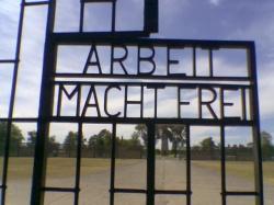 Haupttor zum ehemaligen Konzentrationslager Sachsenhausen - Quelle: Wiki Commons / Ciell / PD-user