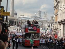 Beim CSD 2011 durften noch Wagen an der Parade teilnehmen - Quelle: Wiki Commons / Tom Morris / CC-BY-SA-3.0