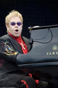 Elton John vergrößert seine Familie - Quelle: Wiki Commons / Mattbr / CC-BY-SA-2.0