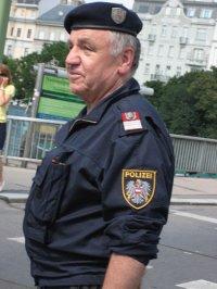Ein Polizist bei der Wiener Regenbogenparade 2009 (im Dienst) - Quelle: powerboox / flickr / cc by 2.0
