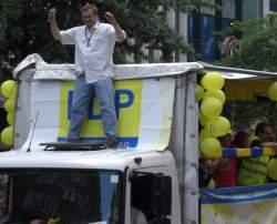 Der FDP-Bundestagsabgeordnete Burkhardt M�ller-S�nksen beim Hamburg Pride 2008. Vor wenigen Wochen hatte er im Bundestag gegen beide Antr�ge der Gr�nen gestimmt. - Quelle: Wiki Commons / Magnus Manske / CC-BY-SA-3.0
