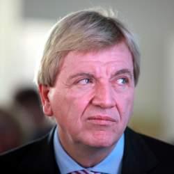 Der hessische Ministerpräsident Volker Bouffier (CDU) will nur heterosexuelle Paaren Vorteile bei der Einkommensteuer gewähren - Quelle: Wiki Commons / Armin Kübelbeck / CC-BY-SA-3.0