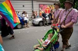Zünftiges schwules Paar mit Baby beim CSD München 2010 - Quelle: jerome_Munich / flickr / cc by 2.0