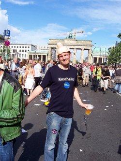 Berliner CSD-Outfit: Kuschel-Shirt, Kondom-Hut und Bier aus dem Plastebecher - Quelle: jÖrg / flickr / cc by-sa 2.0