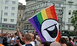 Piratenflagge beim Gay Pride: Bekommt die junge Partei jetzt auch Probleme mit CSD-Veranstaltern, die auf die Ehe-Öffnung setzen? - Quelle: Michael Pollak / flickr / cc by 2.0