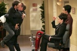 """In der Serie """"Will and Grace"""" hatte Alec Baldwin (2.v.l.) eine Nebenrolle, in der er einen sexuell vieldeutigen Mystery-Man spielte – in dieser Szene küsst er Hauptdarsteller Eric McCormack (""""Will"""") - Quelle: NBC"""