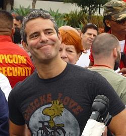 Andy Cohen hat den Wettbewerb in den letzten beiden Jahren moderiert, verzichtet nun aber wegen der homophoben Politik Russlands darauf, die sch�nen Damen in Moskau vorzustellen - Quelle: Greg Hernandez / flickr / cc by 2.0