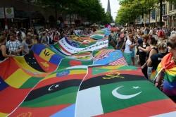 Letztes Jahr zeigten Aktivisten beim CSD Hamburg die Fahnen aller L�nder, die Schwule und Lesben verfolgen lassen - Quelle: flickr / Andreas Gerhold / cc by 2.0
