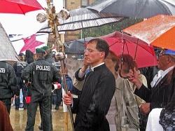 Katholische Piusbrüder beten gegen Homosexuelle - der Blitz ist trotzdem nicht in die Parade eingeschlagen. - Quelle: Guido Klein