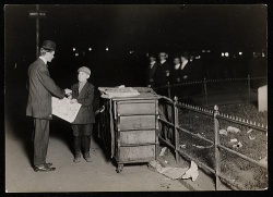 1910: Tageszeitungen werden überall vertrieben, Szenemedien beginnen damit in den späten 1980er Jahren - Quelle: Wiki Commons / Preus museum / CC-BY-2.0