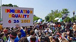 Auch vor dem Supreme Court feierten Homo-Aktivisten � besonders binationale Paare sind gl�cklich dar�ber, dass jetzt der ausl�ndische Ehepartner eines Amerikaners nicht mehr abgeschoben wird - Quelle: Ted Eytan / flickr / cc by-sa 2.0