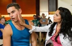 Scheinfreundin Raquel (Yara Hassan) macht mit Joscha (Carlo Degen), was halt Soap-Heten in der Öffentlichkeit so machen - Quelle: RTL / Willi Weber