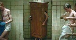 Es ist schwierig, im Schrank zu duschen...