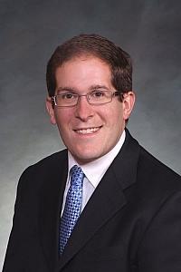 Mark Ferrandino wurde erstmals 2007 Abgeordneter des Repr�sentantenhauses � er war damals der erste offen schwule Volksvertreter im Bundesstaat Colorado - Quelle: Wiki Commons / Colorado House Democrats / CC-BY-3.0