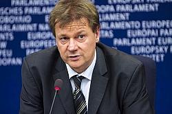 Der Europaabgeordnete Markus Pieper (CDU) stellt die Bibel �ber das Grundgesetz - Quelle: EPP group / flickr / cc by-nd 2.0