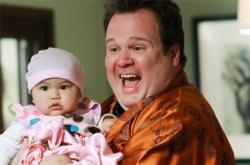 Stolz auf die adoptierte Lily: Die schwule Mutter Cameron - Quelle: FOX