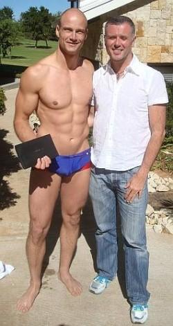 Mr. Gay World im Badeh�schen links, rechts Interviewer Briand Bedford - Quelle: Briand Bedford