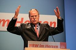 Riesig ist der Rückstand von SPD-Kanzlerkandidat Peer Steinbrück auf Amtsinhaberin Angela Merkel. Aber der 66-Jährige hat noch ein knappes halbes Jahr Zeit - Quelle: nrwspd / flickr / cc by-nd 2.0
