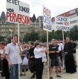 Seit Jahren demonstrieren die Piusbr�der und ihre Anh�nger gegen den CSD in Stuttgart. Es gibt Vermutungen, dass sie auch hinter keuz.net stecken.
