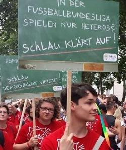 Die jugendlichen Ehrenamtler von SchLAu beim K�lner CSD - Quelle: nb