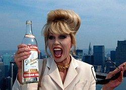 """In der britischen Fernsehserie """"Absolutely Fabulous"""" trinkt Patsy auch mal gerne einen Kasten Stoli - Quelle: BBC"""