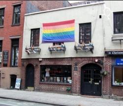 Im Stonewall Inn kann man auch heute noch ein Bierchen trinken, aber jetzt ohne Polizeigewalt - Quelle: flickr / David Jones / CC by 2.0
