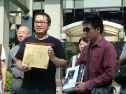 Chen und Gao vor der Verhandlung mit Ehezertifikat und Hochzeitsalbum - Quelle: Martin Aldrovandi