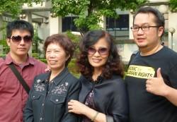 Die beiden Ehemänner posieren mit ihren Müttern vor dem Verwaltungsgericht - Quelle: Martin Aldrovandi