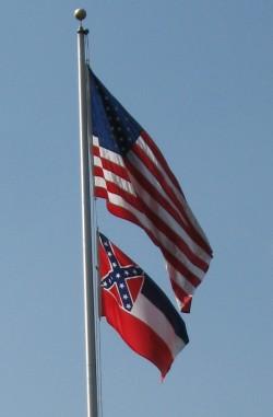 Die Flagge Mississippis, in der noch immer die als rassistisch empfundene Kof�deriertenflagge integriert ist, weht unter der amerikanischen Fahne - Quelle: kenlund / flickr / cc by-sa 2.0