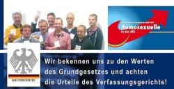 F�r die Szene-Presse posierten die Mitglieder der  Bundesinteressengemeinschaft Homosexuelle in der AfD mit dem Grundgesetz in der Hand