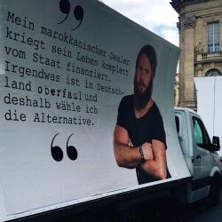 """""""Deutsche, kauft euer Gras bei Deutschen"""", fasst stern.de dieses zweite Motiv der AfD zusammen - Quelle: Marc Brost / Twitter"""