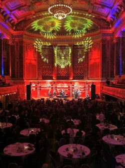 Der Thiersch-Saal leuchtet rot-gr�n, das schicke Gala-Publikum tanzt eifrig - Quelle: CS