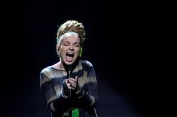Mit dem ultimativem Kreischer zum Erfolg? Albaniens Rona Nishlius singt eine leidenschaftliche Ballade mit viel Drama und Verzweiflung. Trägt sie wohl Golfbälle im Haar? - Quelle: EBU