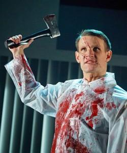 """Regenmantel nicht vergessen: Bei """"American Psycho"""" spritzt jede Menge Blut - Quelle: Almeida Theatre"""