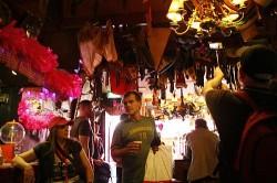 Fotografien an der Wand, Unterw�sche an der Decke. Die �lteste Homobar des Landes ist voller Geschichten - Quelle: Kit