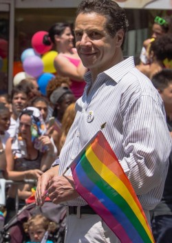 Gouverneur Andrew Cuomo beim CSD in New York City - Quelle: flickr / Bob Jagendorf / cc by 2.0