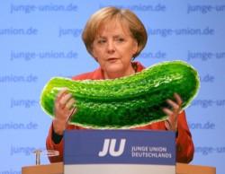 Angela Merkel hat sich unsere Homo-Gurke mehr als verdient. - Quelle: Wiki Commons / Jacquez Grießmayer / CC-BY-SA-3.0, Montage queer.de
