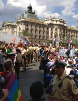 Die Polizei stellte sich zwischen Homo-Gegner und Gegendemonstranten - Quelle: MR