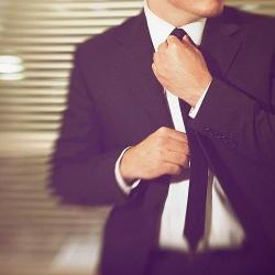 Geheimwaffe Anzug: Mit ein paar Tricks wirkt der Träger kleiner, größer oder schlanker - Quelle: Jonathan Mueller / flickr / cc by 2.0