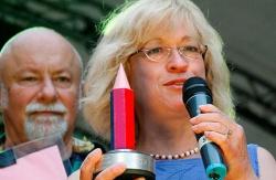 """Auf dem diesjährigen schwul-lesbischen Stadtfest in Berlin wurde Barbara Höll für ihr Engagement mit dem """"Rainbow Award"""" ausgezeichnet - Quelle: Linksfraktion"""