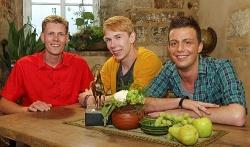Kein flotter Dreier in der Niederlausitz, Timo (mitte) zieht allein zu Denny (li.) - Quelle: RTL / Stefan Gregorowius