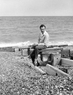 Benjamin Britten 1959 am Aldeburgh Beach - Quelle: Hans Wild/image courtesy of www.britten100.org