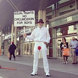F�r das Menschenrecht auf Vorhaut: Protestaktion eines Beschneidungsgegners - Quelle: Aaron Muszalski / flickr / cc by 2.0