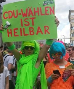 Das passende Schild zum Outfit: giftgr�ne Polittunte beim Berliner CSD 2013